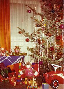 220px-Weihnachtsbaum_und_Geschenke_1970er
